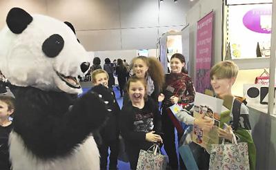 熊猫旋风吸引欧洲游客 体验虚拟旅行