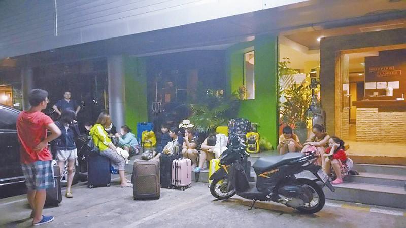 凌晨两点,游客拒绝入住不达标的酒店,仍在外滞留。
