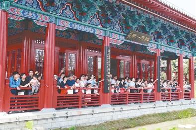 国庆节期间,郑州园博园举办的首届金秋菊展和金秋文化节活动,吸引众多游客。作为郑州新兴旅游目的地,该景区长假期间接待游客20.36万人次,与其毗邻的苑陵故城遗址公园接待游客4.79万人次。 本报记者 成燕 摄