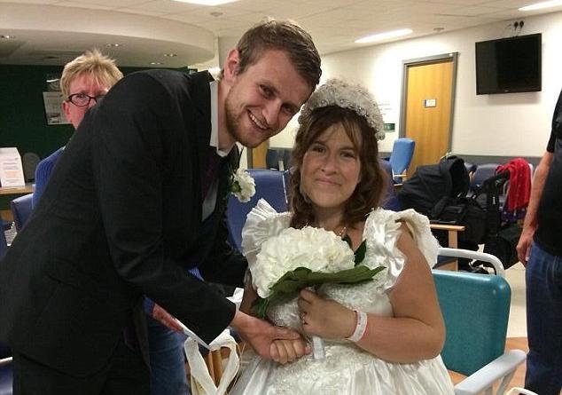 妻子只能活48小时 丈夫在医院办婚礼