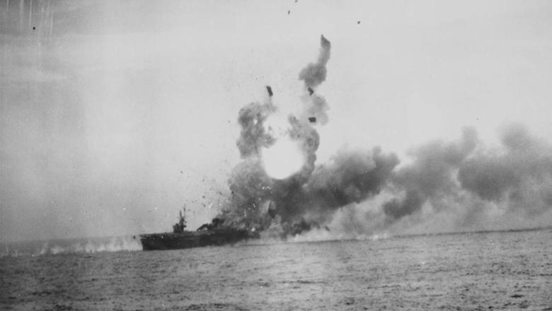 二战惨烈一幕:日机撞军舰摄影记者当场阵亡