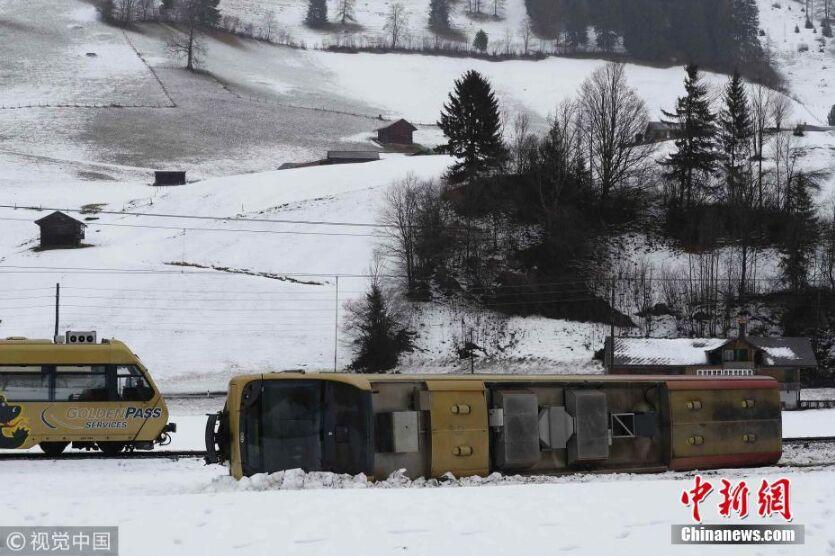 """风暴""""埃莉诺""""袭击瑞士 火车被大风吹脱轨"""