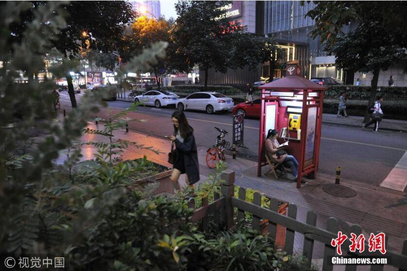 """成都一废弃电话亭成24小时不打烊""""书店"""""""