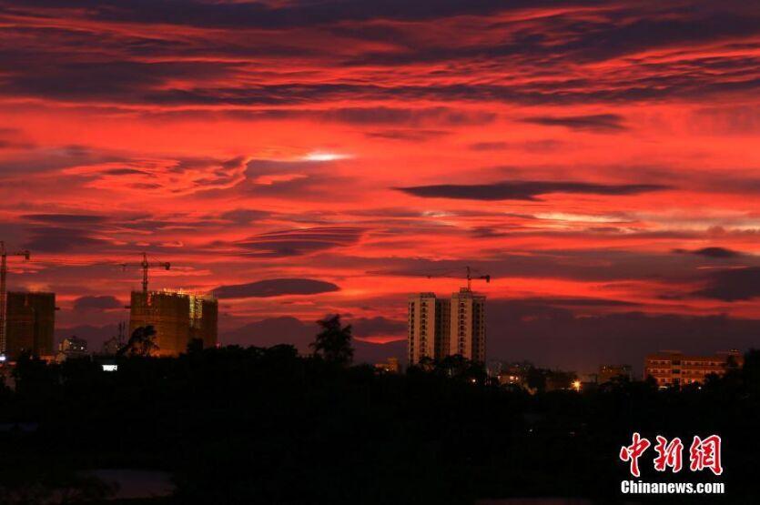 广西钦州现火烧云景观